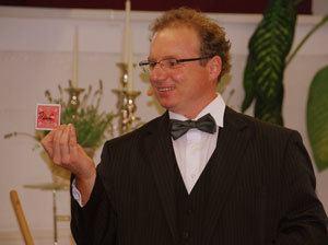 Zauberer und Magier sorgt für spannende Unterhaltung bei Hochzeit, Geburtstag, Firmenfeier